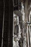 Готическая статуя на главном входе церков Стоковые Фото