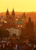 Готическая церковь нашей дамы перед Tyn во время изумительного восхода солнца Прага, Чешская Республика Стоковые Фотографии RF