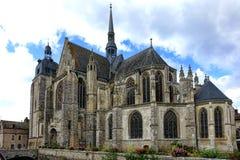 Готическая церковь стиля в старом французском городке в Франции Стоковая Фотография RF