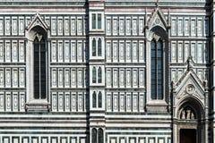 Готическое окно - деталь фасада собор Duomo в Флоренсе, Италии Стоковая Фотография