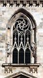 Готическое окно на фасаде собора милана Стоковое фото RF