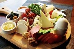 Готовая плита завтрака стоковое изображение rf