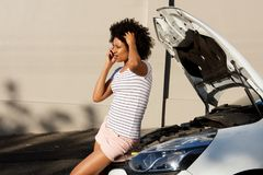 Готовить молодой женщины сломанный вниз с автомобиля и звонить телефонный звонок для помощи Стоковая Фотография