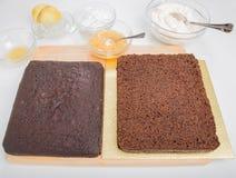 Готовое пряника разделенное тортом горизонтально для того чтобы заполнить Стоковые Фотографии RF