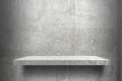 Готовое пустых полок верхнее для монтажа дисплея продукта; полки цемента и серая предпосылка цемента Стоковая Фотография