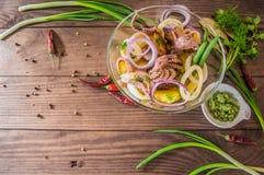 Готовые свежие кольца кальмара и щупальца осьминога с потушенными картошками зеленеют в деревенском Взгляд сверху Конец-вверх Стоковые Изображения RF