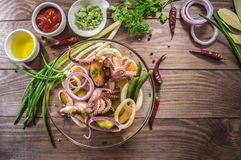 Готовые свежие кольца кальмара и щупальца осьминога с потушенными картошками зеленеют в деревенском Взгляд сверху Конец-вверх Стоковое Фото