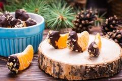 Готов-к-съешьте мандарины в шоколаде с земным грецким орехом стоковые изображения rf