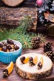 Готов-к-съешьте мандарины в шоколаде с земным грецким орехом стоковое изображение
