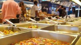 Готов-к-съешьте продукты питания на полках внутри сток-видео