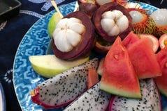 Готов-к-съешьте, разнообразие тайских плодов, мангустан, арбуз, маракуйя, рамбутан, плод дракона и guava стоковая фотография