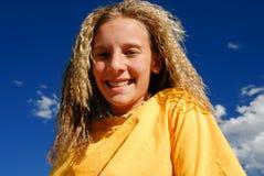 гофрированный усмехаться волос девушки стоковое изображение rf