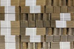 Гофрируйте картон связанный с белой пластичной веревочкой Гофрированная бумага одностеночная гофрированный fiberboard Доска Liner стоковые изображения rf