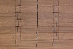 Гофрируйте картон связанный с черной пластичной веревочкой Гофрированная бумага одностеночная гофрированный fiberboard Доска Line стоковое фото rf