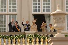 Голландская королевская семья на балконе дворца стоковое изображение