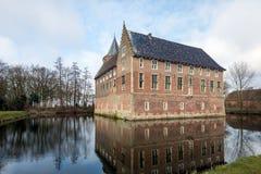 Голландский средневековый замок отраженный в рове стоковая фотография