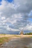Голландское река бушеля ветрянки над красивым небом Стоковая Фотография