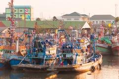11,2016 -го АПРЕЛЬ - рыболовецкие судна в vill рыбной ловли лимана Mahachai Стоковые Изображения RF