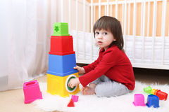 2 года малыша играя с воспитательной игрушкой Стоковое фото RF