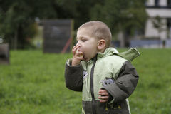 2 года малыша ребенка есть банан для завтрака в равенстве Стоковое фото RF