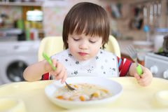 2 года мальчика есть суп Стоковая Фотография