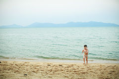 4 года старого мальчика играя на пляже Стоковые Изображения