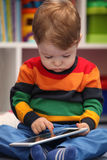 2 года старого мальчика используя цифровой планшет Стоковое Изображение RF