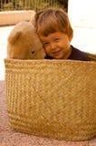 2 года старого мальчика с его медведем плюша Стоковые Фото