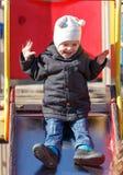 2 года старого сына сползают вниз с русских горок Стоковая Фотография RF
