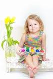 2 года старой девушки держа коробку пасхальных яя Стоковые Фотографии RF
