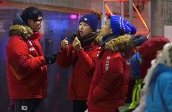 Голень Woonsun (Корея) - в прошлом году чемпион пустоши на чемпионате мира льда UIAA взбираясь от гонорара 2015 Saas Стоковое Фото