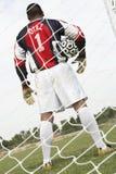 Голкипер с шариком на поле Стоковое фото RF