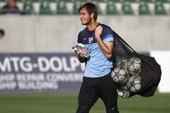 Голкипер футбола с сумкой полной шариков стоковое изображение
