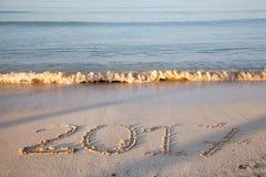 Год 2017 написанный на песке Стоковое фото RF