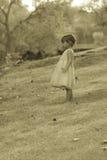 1/2 годовалая Азиатск-кавказская девушка довольно 3 стоя на траве Стоковые Изображения