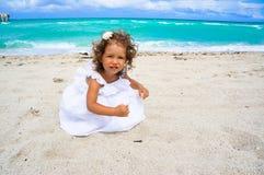 Годовалая девушка немного 2 на пляже стоковая фотография