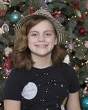 Годовалая девушка 10 стоя перед рождественской елкой Стоковые Изображения RF