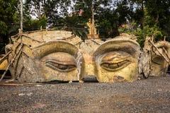 Голова Будды руин в тайском виске стоковое изображение rf