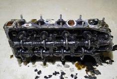 Голова блока цилиндров Голова блока цилиндров, который извлекли от двигателя для ремонта Части в масле двигателя Ca Стоковые Фото