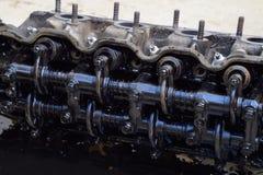Голова блока цилиндров Голова блока цилиндров, который извлекли от двигателя для ремонта Части в масле двигателя Ca Стоковые Изображения