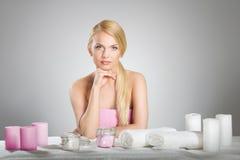 Голова красивой женщины подпирая за таблицей с свечами и towe Стоковые Изображения