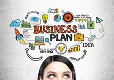 Голова молодой женщины s и бизнес-план стоковые изображения