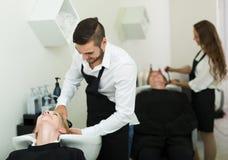 Голова мытья парикмахера Стоковые Изображения
