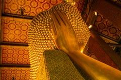 Голова оттенка золотого Будды возлежа (Phra Saiyat) в Wat Pho Стоковая Фотография RF