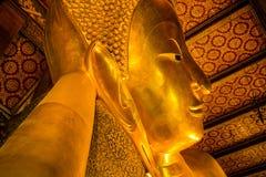 Голова оттенка золотого Будды возлежа (Phra Saiyat) в Wat Pho Стоковое Изображение