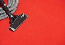 Голова пылесоса на красном ковре Стоковое Изображение