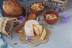 Голова свежего органического сыра служила с хлебом, гайками, белыми wi Стоковые Фотографии RF