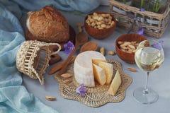 Голова свежего органического сыра служила с хлебом, гайками, белыми wi Стоковое Изображение RF