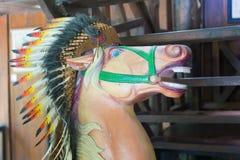 Голова статуи лошади с индийским головным убором пер Стоковое Изображение