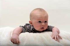 Голова счастливого младенца 2 месяцев старого поднимаясь вверх стоковые изображения